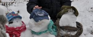 Drei Schneefraumänner.